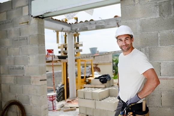 Bild eines Bauarbeiters auf einer Baustelle