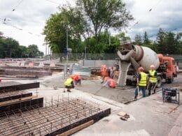 Betonarbeiten mit Bauarbeitern und Betonmischer